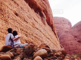 絶景を眺めるカップルの写真・画像素材[1590338]