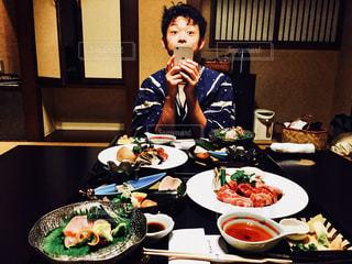 食事のテーブルに座って人の写真・画像素材[1640814]