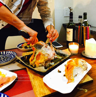 食品のプレートをテーブルに着席した人の写真・画像素材[1640823]