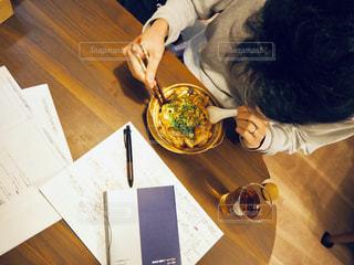 テーブルの上に立っている人の写真・画像素材[1726949]
