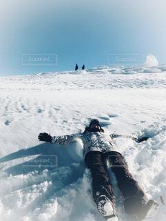 雪をスノーボードに乗る人が斜面をカバーの写真・画像素材[1732933]