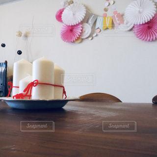 木製テーブルの上に座っている花の花瓶の写真・画像素材[1795397]
