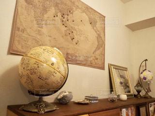 地球儀と世界地図のインテリアの写真・画像素材[1815297]