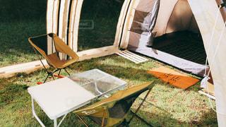 テントの上に座っている芝生の椅子のカップルの写真・画像素材[2370800]