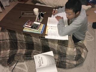 受験勉強中の息子の写真・画像素材[1690126]
