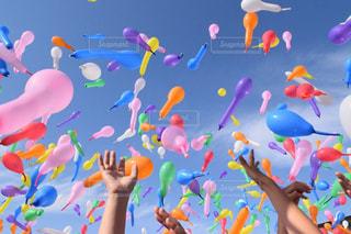 ピンク,カラフル,青空,レインボー,オレンジ,赤色,色,文化祭,風船飛ばし,赤い風船,多色,学校生活,ピンクの風船,秋空の下,青風船