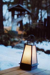 雪の中で座っている木製のベンチの写真・画像素材[1732761]