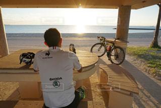 ビーチに座っている男の人の写真・画像素材[1711096]