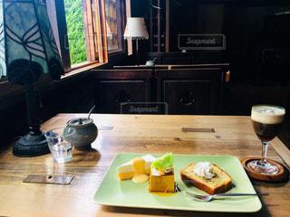 テーブルの上のワインを一杯の写真・画像素材[2279823]