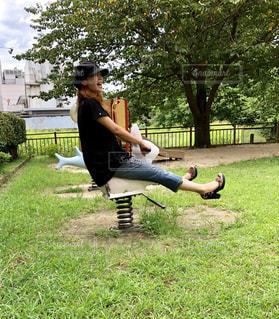 公園でフリスビーをつないでいる人の写真・画像素材[2119806]
