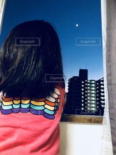 夜空,屋内,室内,女の子,月,背中,後姿,moon,後ろ,夕涼み