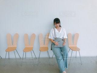 いすに座っている人の写真・画像素材[2107148]
