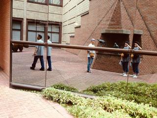 れんが造りの建物の前に立っている人の写真・画像素材[1632950]