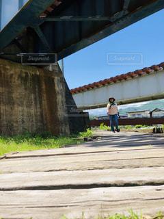 女性,空,春,晴れ,青空,ウォーキング,線路,高架下,お散歩
