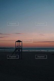 砂浜のビーチに沈む夕日の写真・画像素材[1290643]