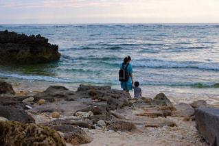 お母さんと海まてお散歩の写真・画像素材[2088136]