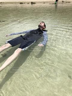男性,30代,海,砂,綺麗,水,透明,沖縄,人物,人,外国人,遠浅,浮かぶ