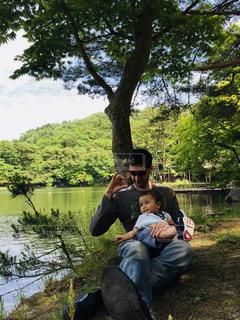 男性,30代,公園,木,湖,緑,親子,青空,水,人物,人,木陰,男の子,息子,父,パーク,外国人