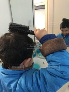 髪型を整える男の子の写真・画像素材[1786151]