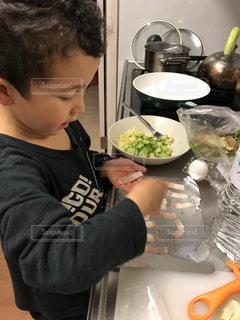 台所で料理をする男の子。の写真・画像素材[1786206]