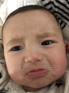 今にも泣き出しそうな赤ちゃんの写真・画像素材[1789417]