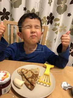 クレープ食べて、おいしい!の写真・画像素材[1869455]