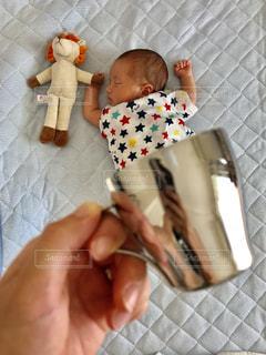 カップに入った赤ちゃんの写真・画像素材[2068424]