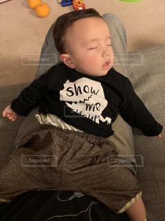 膝の上で昼寝の写真・画像素材[2068453]