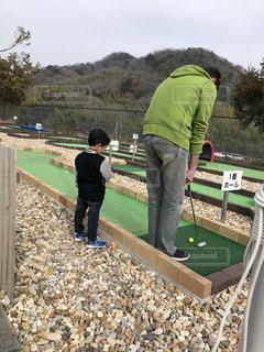 緑の服でミニゴルフの写真・画像素材[2098088]