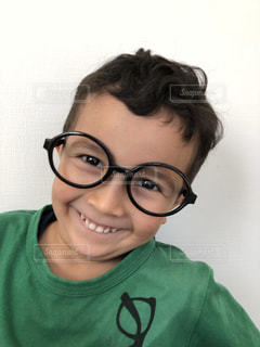 眼鏡と緑コーデの写真・画像素材[2098099]