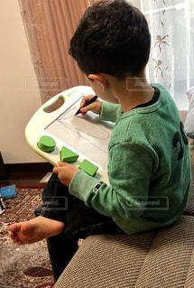 お絵かき中の男の子の写真・画像素材[2098101]