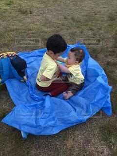 屋外,緑,ピクニック,人物,人,Tシャツ,男の子,兄弟,お気に入り,お揃い,ブルーシート