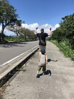 夏空の下、パパを追いかける息子の写真・画像素材[2142137]