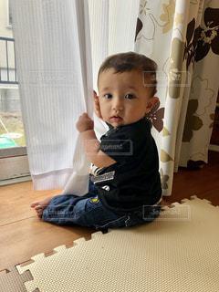 カーテンをさわる男の子の写真・画像素材[2193576]