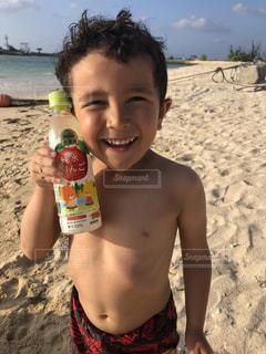 浜辺に座っている少年の写真・画像素材[2218329]