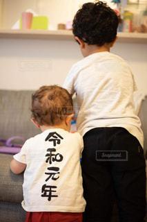 兄弟白tシャツで後ろ姿の写真・画像素材[2320000]