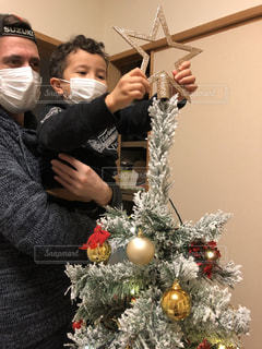 マスクしてクリスマスツリーの飾りつけ!の写真・画像素材[2652339]