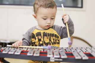 鉄琴を弾く男の子の写真・画像素材[3199819]