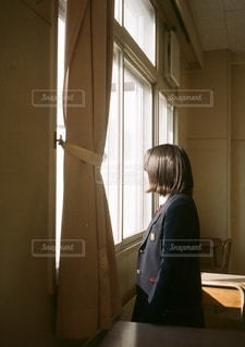 窓際の少女の写真・画像素材[3458794]