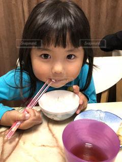 食事のテーブルに座っている少女の写真・画像素材[1640998]