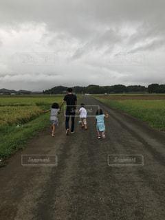 風景,空,夏,屋外,道路,子供,女の子,人物,人,Tシャツ,大人,男の子,草木,半袖