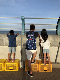 海,空,夏,屋外,子供,女の子,人物,人,Tシャツ,大人,男の子,半袖