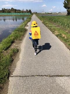 水域の隣の道路の横の標識の写真・画像素材[2129842]