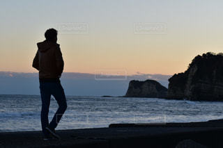 男性,海,空,後ろ姿,景色,人物,人,後姿,大人,野外