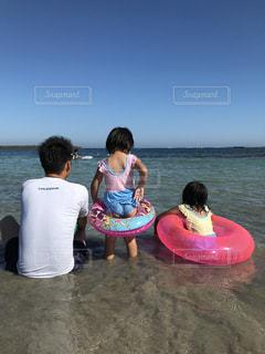 水域の隣に立っている人の写真・画像素材[2337963]