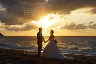 女性,男性,自然,風景,海,空,屋外,太陽,ビーチ,雲,砂浜,夕焼け,夕暮れ,水面,海岸,光,ドレス,人,ゆうひ,記念,ウェディングフォト,結婚式ドレス