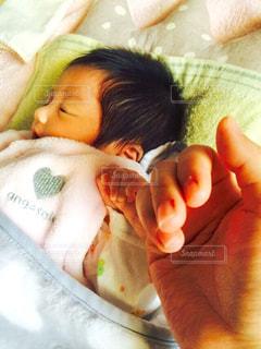 パパの手握ってスヤスヤ......(( _ _ ))..zzzZZの写真・画像素材[1629867]