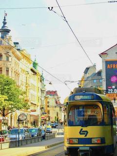 風景,空,屋外,海外,路面電車,黄色,道路,観光,都会,道,旅行,バス,オーストリア,イエロー,通り,黄,トランジット,日中,yellow,トロリー