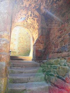 モンサンミッシェルの石造りのトンネルの写真・画像素材[1853404]
