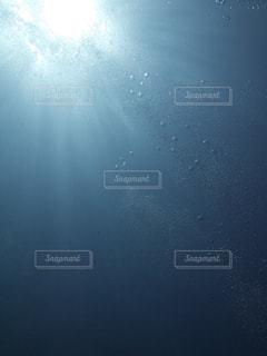海の中から見るキラキラ太陽光の写真・画像素材[1881606]